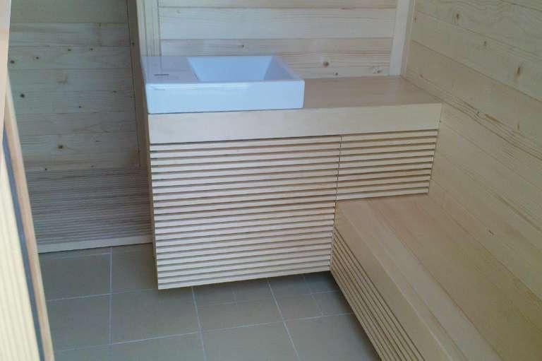 Postavitev lesenih elementov v savni