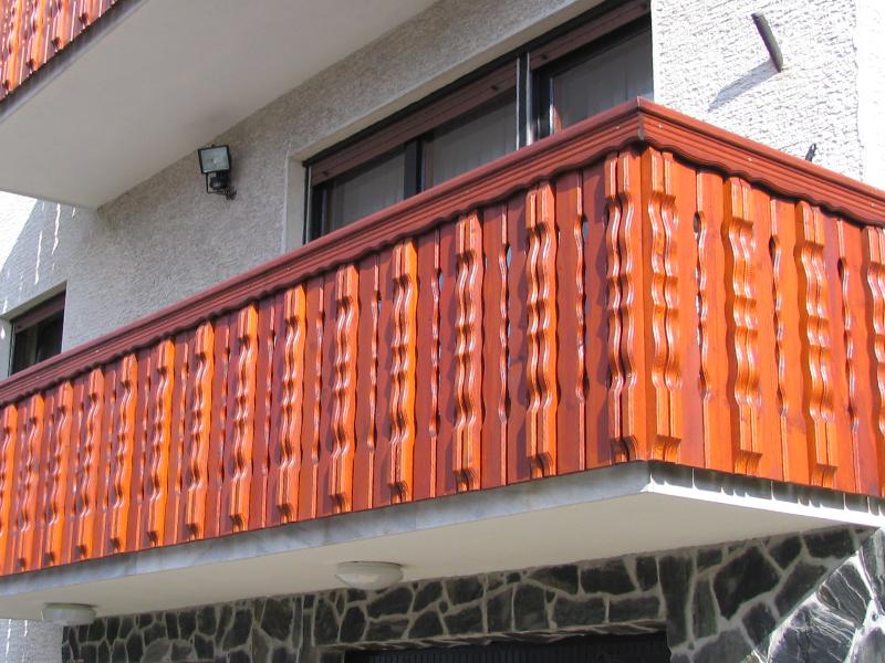 Pokončna oblikovana ograja iz lesa