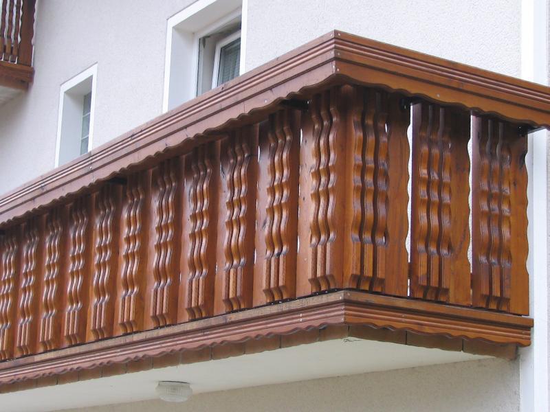 Montaža lesene balkonske ograje Hruševka z okrasnim koritom