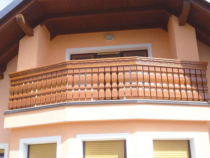 Masivna lesena ograja na balkonu