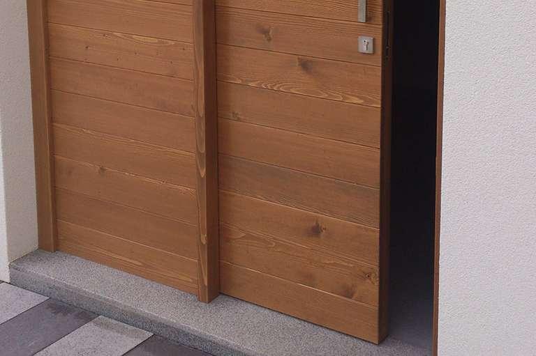 Postavitev lesenih drsnih vrat na vrtni lopi