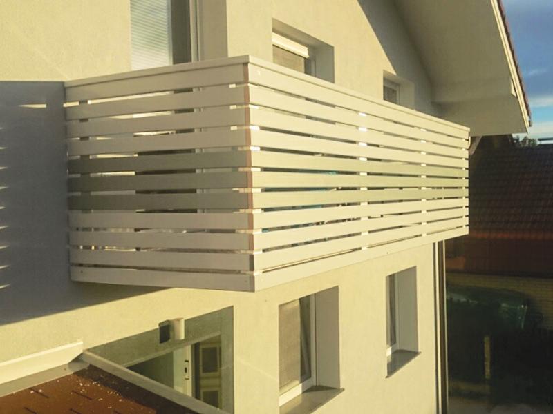 Lesena bela vzdolžna ograja za balkon