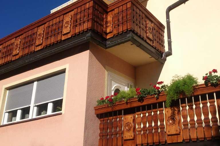 Postavitev nove balkonske ograje z okrasnimi tablami