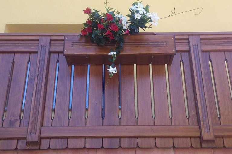 Postavitev nove lesene balkonske ograje s koritom