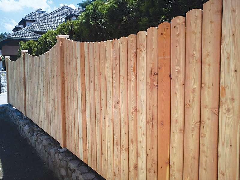 pokončna nova lepa vrtna ograja iz lesa
