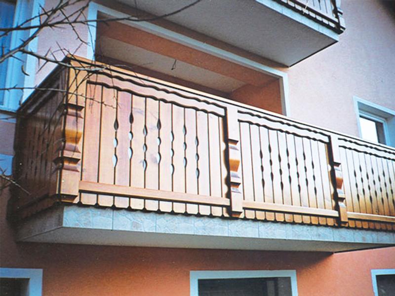 Lesena ograja za balkon iz oblikovanih desk in stebrov