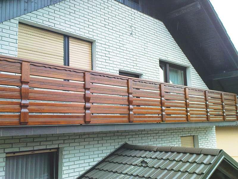 Ravna vzdolžna ograja na balkonu z vključenimi okrasnimi letvami