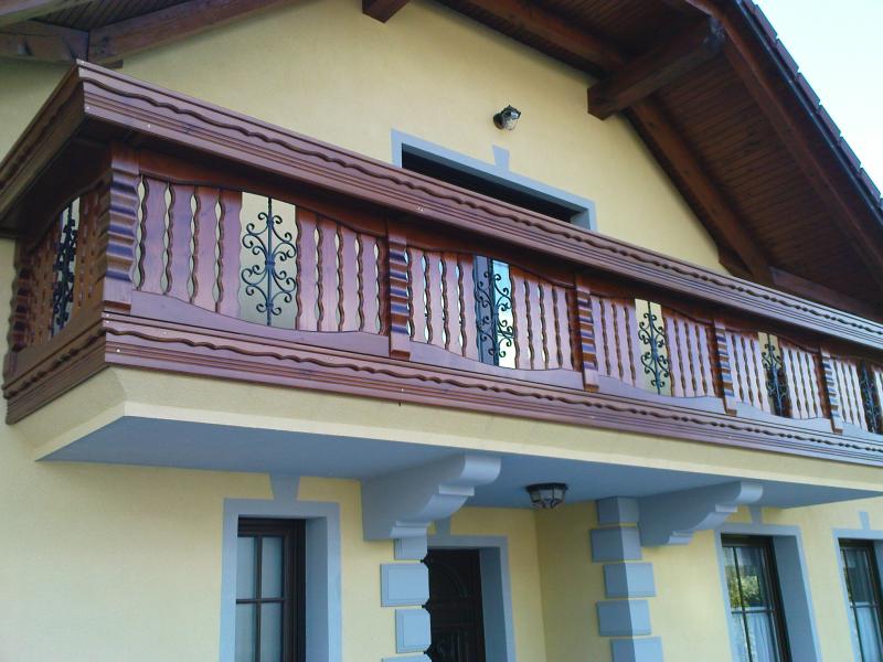 Lesena ograja za balkon in vključeno korito za rože ter kovani elementi