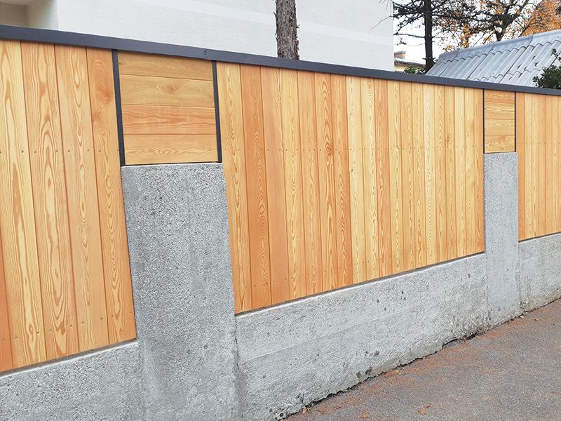 Lesena vrtna ograja Ljubljana s kovinsko zaščito za les