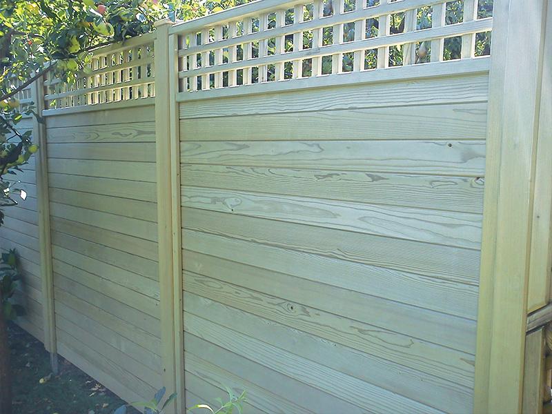 Postavljanje lesene vrtne ograje Mestni log z leseno mrežo