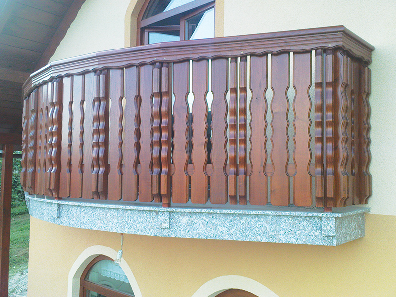 Montaža lesene kombinirane balkonske ograje Metlika