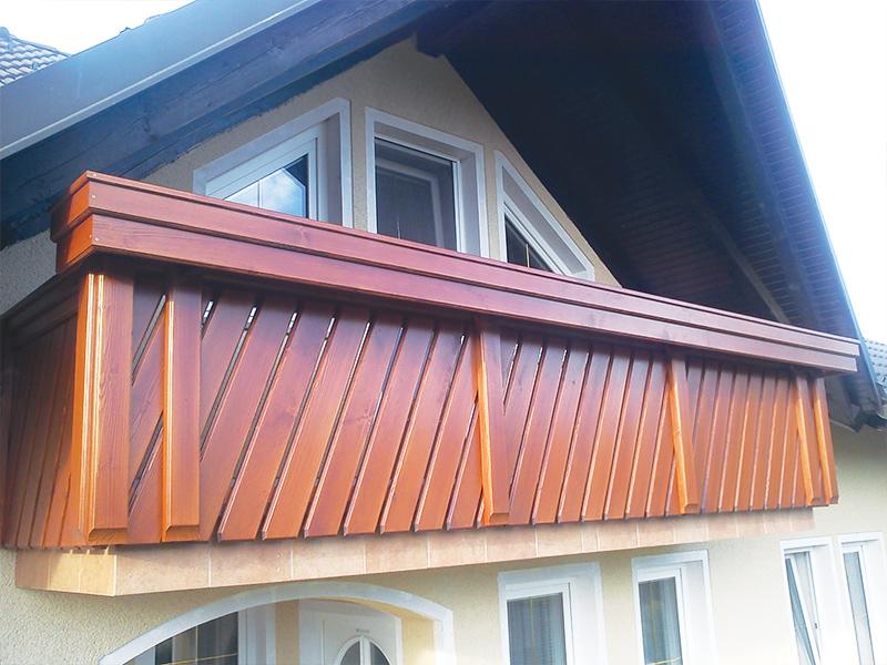Poševna lesena ograja Moravče na balkonu