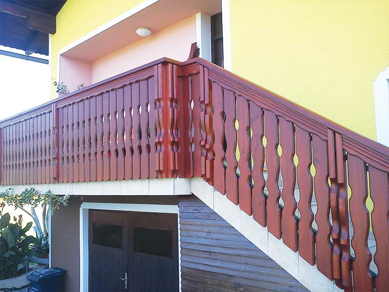 Lesena balkonska in stopniščna ograja iz oblikovanih desk