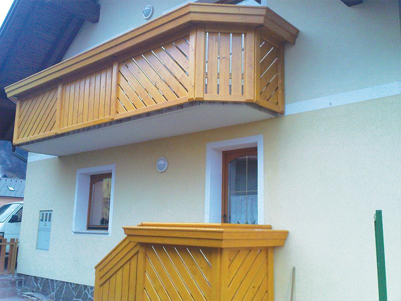 Kombinacija pokončne in poševne lesene ograje na balkonu