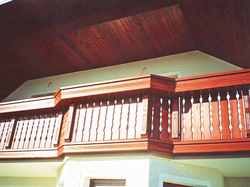 Lesena ograja na balkonu in vključeno korito za rože