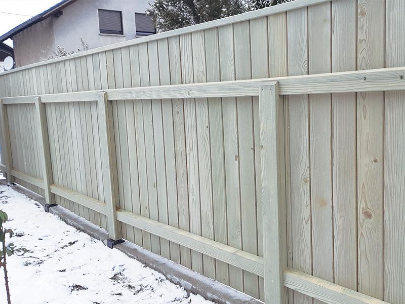 Postavljanje lesene vrtne ograje Radovljica z ravnimi pokončnimi deskami