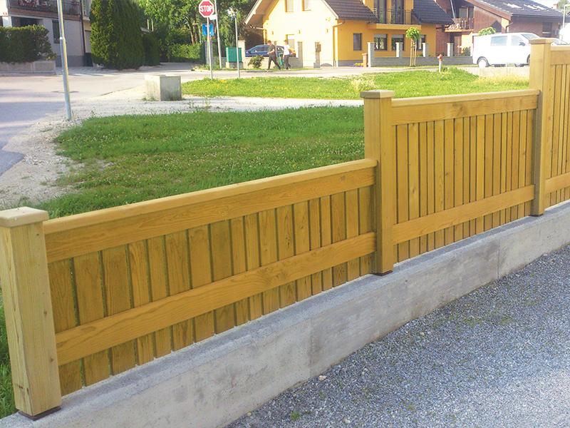 Postavljanje lesene vrtne ograje na Rodici