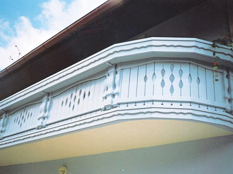 Zobljena morda balkonska ograja iz lesa