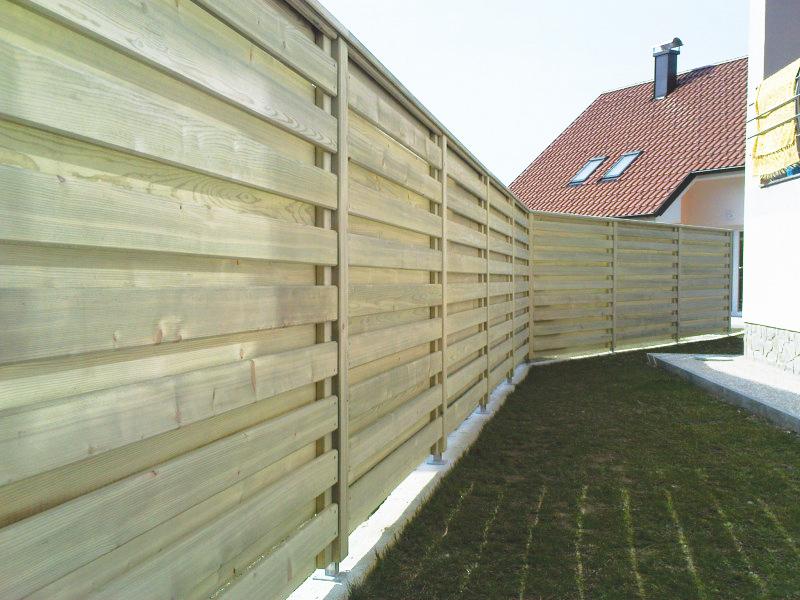 Postavitev lesene vrtne ograje vzdolžne ravnih linij Rudnik