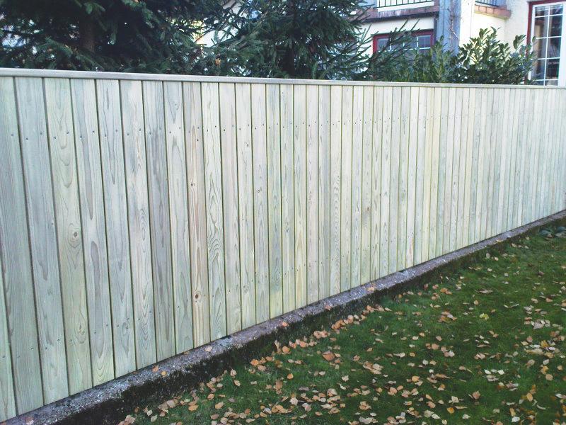 Postavljanje lesene vrtne ograje Šiška z ravnimi deskami