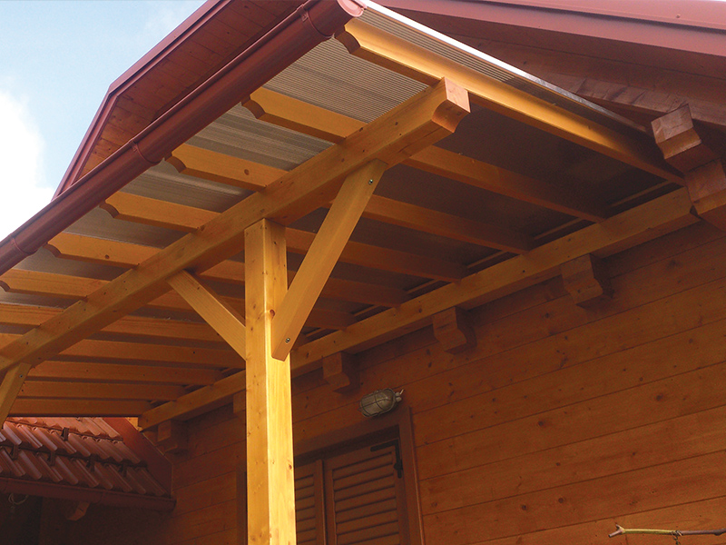 rjav lesen nadstrešek sostro s kritino