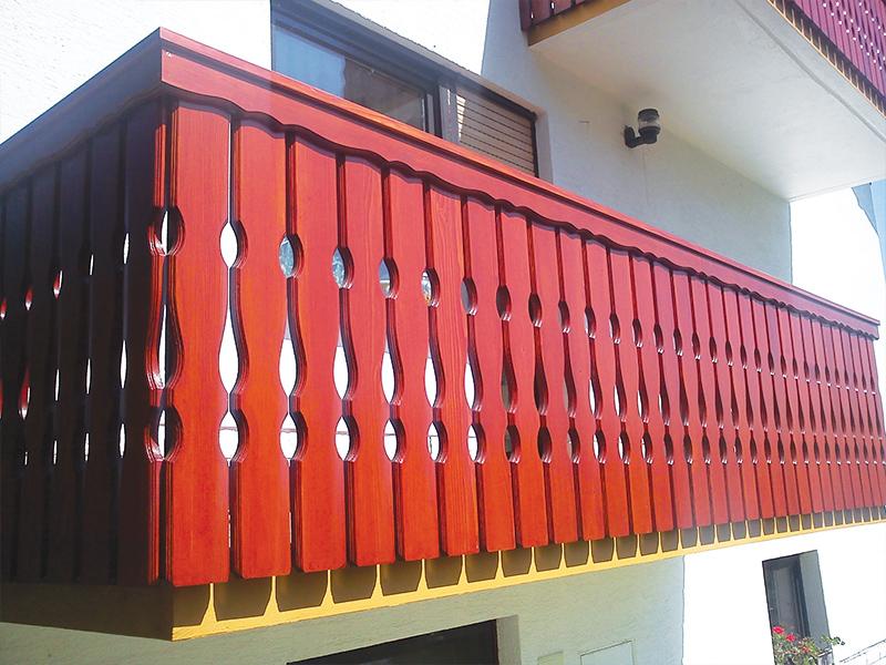 Tradicionalna lesena ograja za balkon