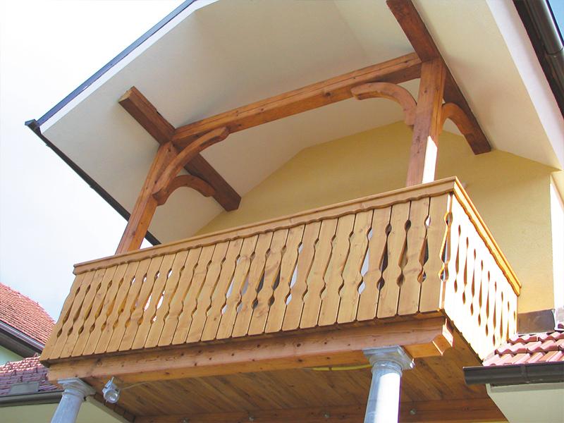 Tradicionalna lesena ograja za balkon z oblikovanimi deskami