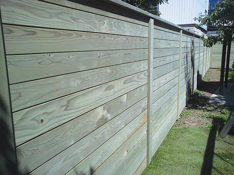 Postavljanje lesene vrtne ograje z vzdolžnimi deskami