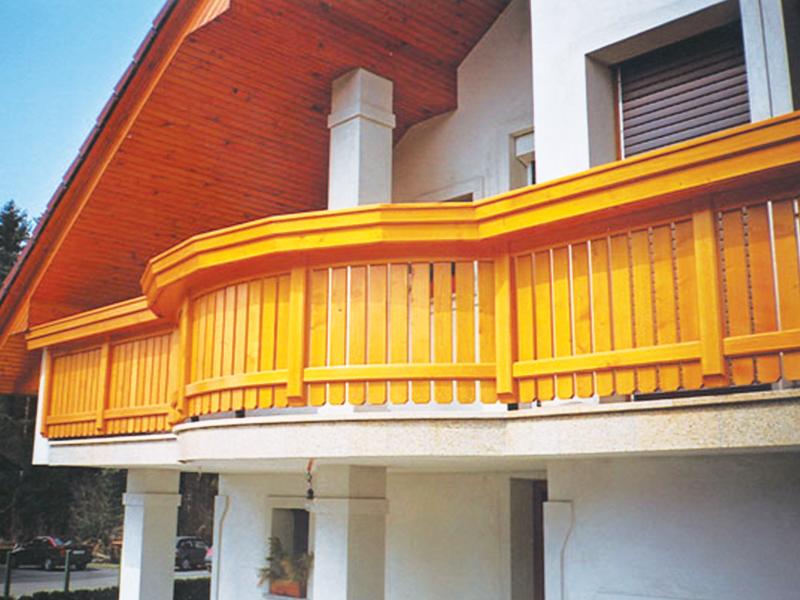 Montaža balkonske ograje iz lesa na zahtevnem zaobljenem balkonu