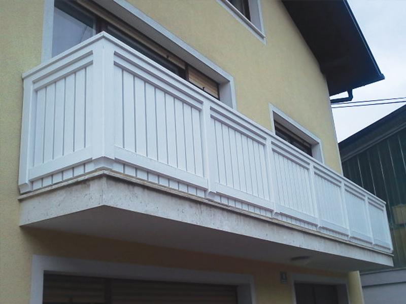 Montiranje moderne balkonske ograje iz lesa
