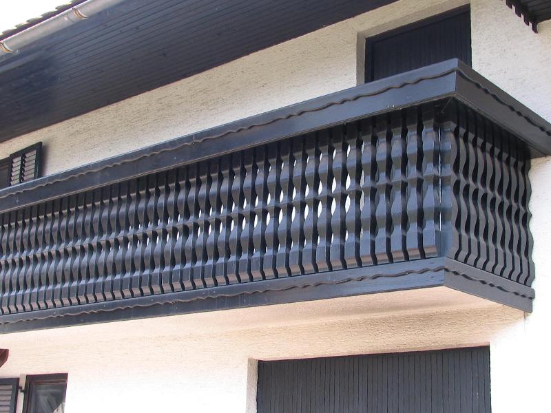 črna masivna ograja za balkon in lesa