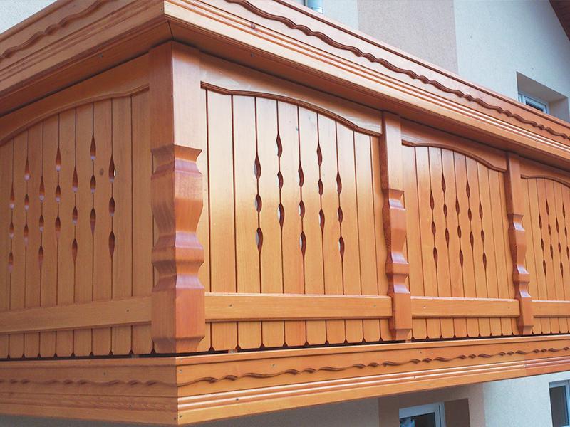 Tradicionalna lesena ograja za balkon in vključeno leseno korito za rože
