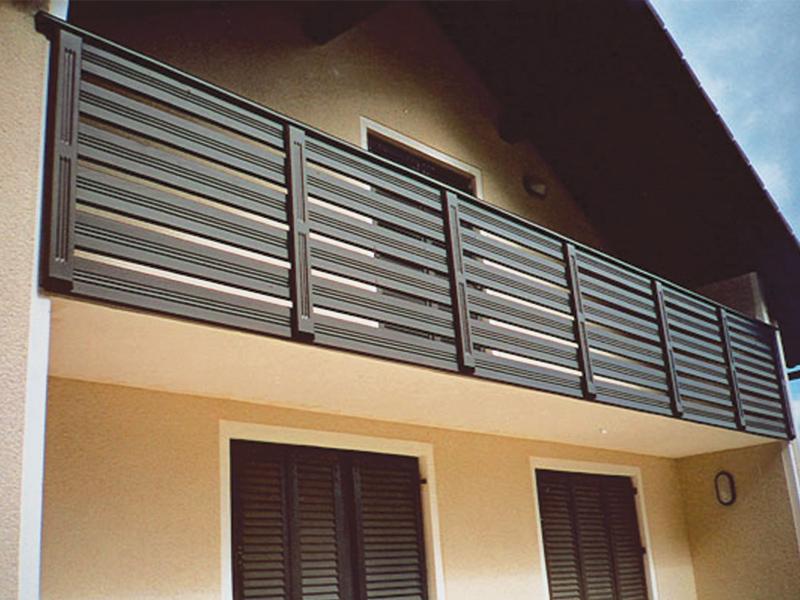 Črna lesena ograja na balkonu