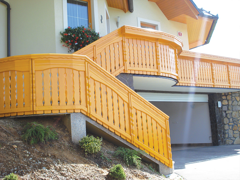 Tradicionalna lesena ograja za balkon in stopnice