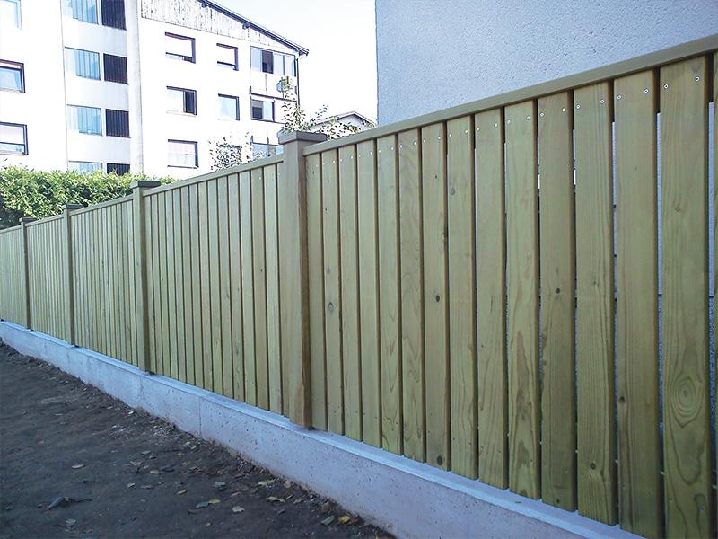 Postavljanje lesene vrtne ograje z ravnimi deskami