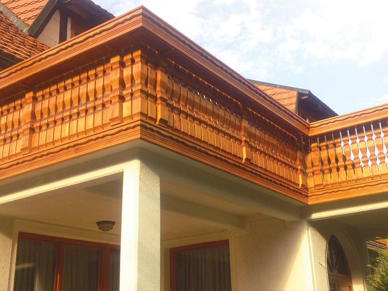 Lesena ograja z okrasnimi stebrički na balkonu