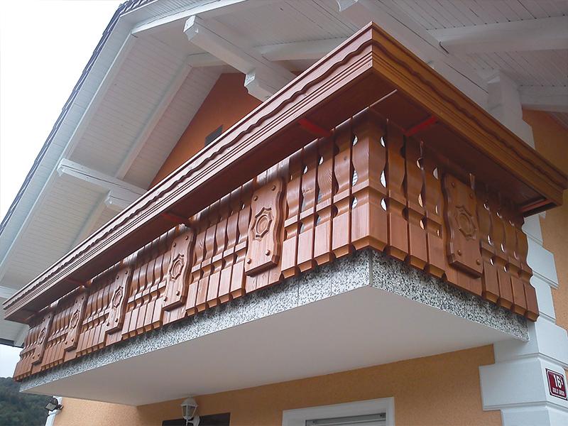 Montaža lesene ograje z okrasnimi tablami na balkonu