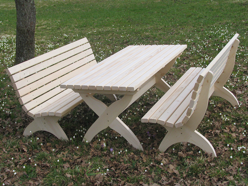 Lesena klop in lesena miza za vrt